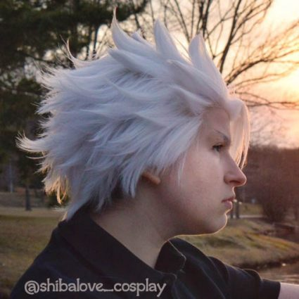 Hitsugaya cosplay and wig styling by @shibalove_cosplay, side view